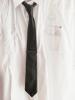 Krawattennadel Schwarz-Rot (getragen)