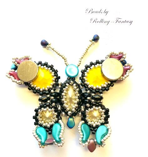 Aus Perlen gefädelter Schmetterling in gelb, blau rot und Schwarz