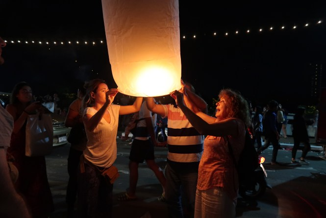People-holding-lanterns-at-loi-krathong