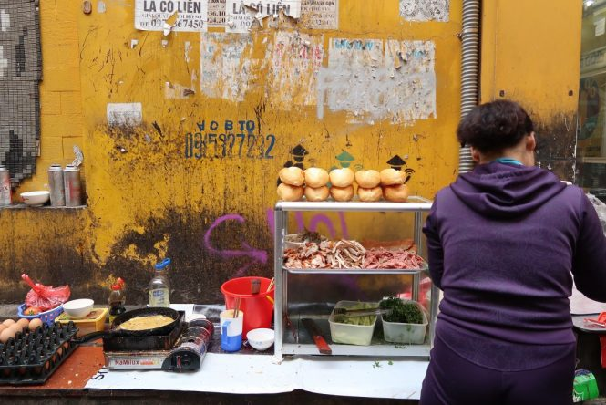 banh-my-vendor-on-street-corner