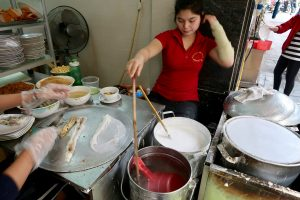 Lady-making-banh-cuon