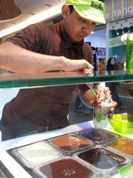 Final touches to our llaollao