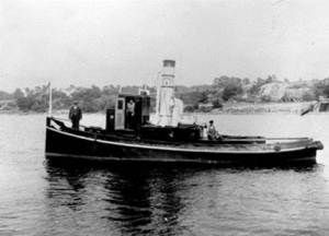 """Med dampmaskinen kom også slepebåtene. De skulle komme til å revolusjonere arbeidet i vassdrag og på havet. Slepebåten erstattet handkraft og robåter. Den trakk tømmerslep og bukserte prammer, lektere og større båter.Dette er slepebåten """"Hauge"""". Båten slepte prammer med bord og kassebunt fra Hauge til Prestelandet eller Huth. Båten ble til slutt solgt og fikk navnet """"Marnet II"""". Den gikk i Skiensfjorden. """"Hauge"""" måtte klare seg uten tekniske hjelpemidler. Selv om det var tåke og dårlig sikt kom den seg fram. Når båten skulle hente planker fra Solli, måtte den passere under Rolvsøysund bro. Da ble skorstenen senket. Det gjorde man ved å vippe den ned med to lodder som var plassert bak skorstenen. Båten ble senere benyttet til lystturer, eller den slepte prammer for samme formål. Kristoffer Kristoffersen (f. 1890) fra Kråkerøy var skipsfører i mange år. Arbeidstiden var fra seks om morgenen til åtte-ni om kvelden. Mannskapet hadde med seg nistepakke og kokte kaffe ombord. De hadde fast lønn og ingen overtidsbetaling, men de hadde fri ved. Mannen på fordekket var formann ved Hauge bruk. I styrhuset står skipsfører Kristoffersen og akter maskinisten Marentius. Slepbåten Hauge var virksom på Hauge bruk. Skorstenen var nedfellbar, slik at den kunne felles ned når båten skulle passere under Rolvsøysund bro. Egil Huser var matros om bord. Han fortalte at kapteinene var mestere i å manøvrere når de store prammene skulle """"lukeparkere"""" ved kaia på Prestelandet der de store skipene skulle få lasten om bord. Torp bruk hadde to slepebåter, """"Torpen"""" og """"Oter"""". """"Vister"""" var i aktivitet på Visterflo med tømmeret fra Eidet. Jeg husker slepebåtene i virksomhet; spesielt i forbindelse med tømmerslep, nedover eller oppover Glomma. Slepene kunne gå til papirfabrikken på Hurum eller tvers over fjorden til Hunsfoss. Hans Kristiansen (1926) var maskinist på Sverre Sveens """"Ruston"""". De gikk med slep oppover Glomma til Borregaard. Tømmeret ble hentet i havner langs Oslofjorden. Havnevesenet ti"""