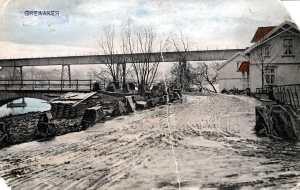 """På 1850-tallet var deler av kongeveien på strekningen Sandesund fergested til Solli i en elendig forfatning. Etter mange forslag og diskusjoner ble det i 1866 besluttet at veien skulle legges om. Den nye traséen skulle gå langs Glomma fra Sarpsborg til Greåker, over ny bro over Rolvsøysundet, og videre langs Visterflo mot Soli. Soliveien ble bygget under den forutsetning at """"Veien under mulig Tilfælde i Fremtiden benyttes til et jernbaneanlæg"""". Idéen om jernbane utenom Fredrikstad er således 150 år gammel, men like aktuell. Beslutningen om å bygge bro ble tatt i 1866. Vei- og broarbeidet foregikk i perioden 1867-1869. Her var det ingen grunn til å klage på effektiviteten. Broa var av tre og hadde åtte spenn. Kjørebredden var 4,4 meter. Den var konstruert for hestekjøretøyer og var ikke beregnet for biltrafikk. Likevel ble det i 1916 gitt tillatelse til at biler kunne passere (R.B. s.451). Selv om Rolvsøysund bro ble anlagt som en del av riksveisnettet, var den også av største betydning for trafikkavviklingen mellom Sarpsborg og Fredrikstad. Etter 57 år, i 1926, var bro nummer to klar til bruk. Den var seks meter bred. Etter 46 år, i 1972, sto en tredje 217 meter lang stålbro klar for bruk. """"Gamlebroa"""" fikk etter hvert status som gangbro. Kilde: Håkon Aurlien: Bruene over Rolvsøysund. Statens vegvesen. Foto. Prospektkort."""
