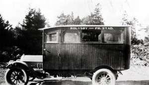 Her ser vi den første bussen i Rolvsøy. Den var en Protos-modell, som var utstyrt med trebenker langs veggene og parafinlykter. Bussen trafikkerte først strekningen Fredrikstad - Rolvsøysund - Solli. Fotograf ukjent.(Østfold Fylkes Billedarkiv). Informanter: Helga Omberg og NRF avd. Østfold 50 år 1978.
