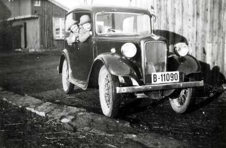"""Før krigen var privatbilismen meget begrenset. Lægen, lensmannen og presten hadde bil. Etter hvert kom kjøpmennene etter. De kjøpte gjerne en privatbil som også kunne gjøre nytte ved varetransport. Mine foreldre var tidlig ute med å anskaffe bil. Papa var moderne og mente at mama måtte ha førerkort. Det er datert 19/9 1938. Øvelseskjøringen ble foretatt på gårdsplassen hjemme. Bilen ble brukt ved badeturer i omegnen og til ferieturer i Sverige. En tur med fergen over Svinesund sitter i minnet. Den lille bilen med den svake motoren """"krøp"""" oppover de tunge bakkene fra fergestedet. Foto: Dagmar Holmen"""