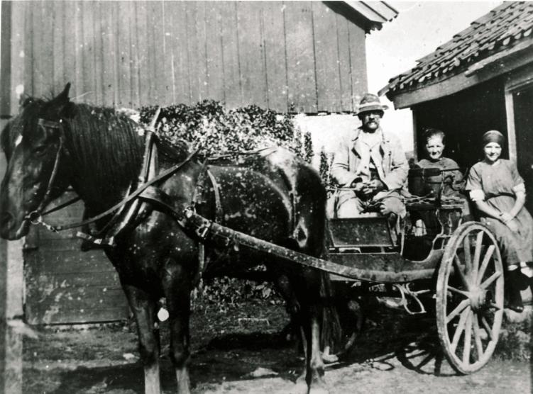 Ole Walle får representere bøndene som fraktet melk til Greåker meieri. Bøndene uttrykte bekymring for at deres kjøretøyer kunne skli på den glatte asfalten, og mente at om ulykken skulle være ute, måtte veivesenet ta ansvaret.