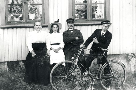 I 1915 var det kun kjerreveier fra Rolvsøyveien ned til Evje og Hauge. Det forhindret ikke at man skaffet seg sykkel. Familien Hjelm bodde i Haugeberget hvor det bare fantes gangstier å komme frem på. Med et visst pågangsmot kom man seg alltids opp til Rolvsøyveien. Det er tydelig at sykkelen var et statussymbol. Fotograf ukjent