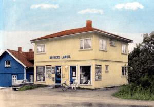 """På 1930-tallet startet Edith (Bjørnstad) og ektemannen Oscar Brinck landhandel ved Rolvsøysund. Det ble reist noen """"Funkishus"""" på Rolvsøy på denne tiden."""