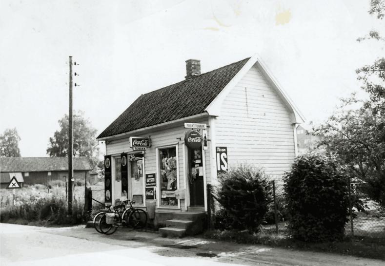 På et tidligere bilde så vi kiosken til Paula Harlem, som lå like inntil broa. Senere anla svogeren Konrad Harlem butikk i Soliveien. Fra 1946 overtok Paula og ektemannen Frits. Pomona, eller «Kiosken til Paula», hadde kafébevilling, og var kommisjonær for Pengelotteriet og Norsk Tipping. Kiosken ble et møtested for Haugetun-elever og naboer. Bygningen måtte vike for den tredje Rolvsøysund bro 1972.