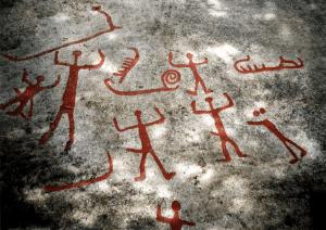 Vannveien var den viktigste ferdselsåren for våre tidligste bosettere. Fremkommelighet og transport over lengre strekninger var enklere til vanns enn til lands i det naturlige, jomfruelige landskap. Vassdrag, hav og sjøer skulle gjennom århundrer holde rangen som de viktigste trafikkårer. Bronsealderfolket på Rolvsøy har etterlatt seg et rikt album risset inn i granitten. Bildene forteller at de som bodde her for mer enn 3000 år siden var et sjøfarende folk. Bildet er hentet fra området der Ravneveien og Evjestien møtes. Feltet er svært rikt, men er under sterk nedbryting. Foto: Birgit Holmen.