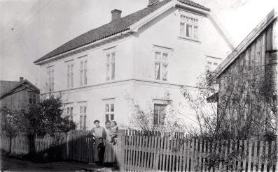 Mor Jacobsens kafe i H. N. Haugesvei 46. Bakeriet var i sidebygget
