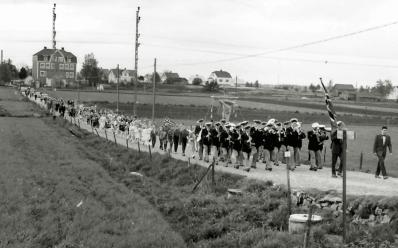 17. mai-toget fra gamle Hauge skole på vei til kirken, trolig på 1960-tallet.