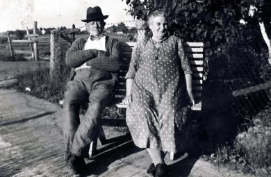 Alette (f. Magnussen, 1870) var gift med Karl Andersen. Hun drev småhandel i sitt hjem i Ravneveien 25
