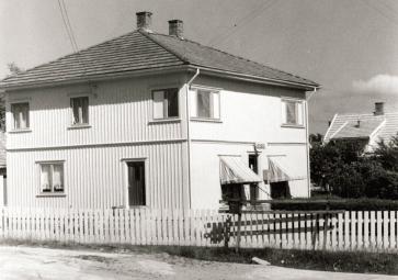 Ramberg bygde kombinert bolig og forretning i funkisstil i Svaneveien. Bygget sto ferdig i 1936