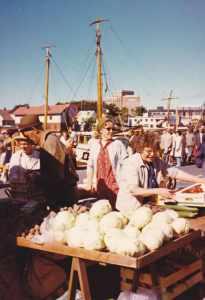 Otto, Margit og Astrid Eriksen på Fredrikstad torv rundt 1970. Båtene ved brygga viser at det kan ha vært under