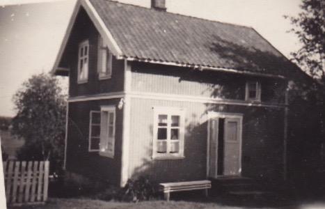 """Dette huset i Rolvsøyveien 288 går under navnet """"Malerverkstedet"""". Det fortelles at de to malerkameratene Thorvald Hansen og Hans Zakariassen skal ha hatt sitt verksted på denne eiendommen. Fotograf ukjent. Eier Evelyn Johansen."""