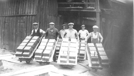 Bortsettere på vei til banene med ferdigstrøket råsten Etterat lera var eltet ferdig i mølla ble den presset og formet til sten, tre og tre ad gangen. Disse ble satt på trillebåra etterhvert. På en bortsetterbår lå det 54 sten, o lasten veide mer enn 300 kg. Bjarne Engebretsen fortalte at tilbakela 3 mil om dagen, derav halve strekningen med last. Arbeiderne fikk betalt pr. 1000 sten, og kunne produsere ove 30 tusen stk. på en dag. På bildet fra 1930-tallet ser vi fra venstre: 1.Johan Albinsen, Hauge, 2. Karl Johansen, Hauge, 3. Arne Kristiansen, Evje, 4. Karl Johansen, Leie, 5. ukjent og 6. Birger Sjøgren, Evje. Informanter til Birgit Holmen: Egil og Harry Huser, Arne Larsen, Bjarne Ingebretsen og Oddvar Kristiansen.