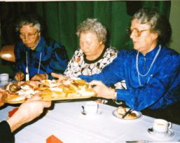 Anne Næss arbeidet lenge som husmorvikar og hjemmehjelper i Rolvsøy. Hun var et aktivt medlem i Rekustad bedehus. Her er hun avbildet sammen med fra venstre Gudrun Knutsen og Minda Johansen. Foto: Marit Rostad