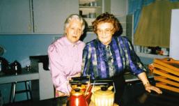Signe Næss (til venstre) og Svanhild Raknes var vertinner ved Rekustad indremisjons juletrefest 28.12.1988.