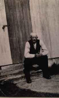 Bilde 25: Johan Arnesen Borredalen har risset sine initialer i berget ved sitt barndomshjem i Borredalen. Plassen er skiltet. Det er også plassene Borgeli og Krapras. Landskapet rundt må holdes åpent om boplassene skal bevares. Foto: Birgit Holmen