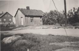 Orreveien 19. Kristine og Albin Albinsen. Sønnene Johan og Anton Albinsen bodde i huset da jeg gikk på skolen. De var teglverksarbeidere og var tilfreds med de enkle boligforholdene. Til venstre i bakgrunnen ligger boligen til Ole og Anna Pettersen, et typisk «Husbankhus» fra etterkrigstiden. Orreveien var på denne tiden bare en gangsti som gikk over den blanke fjellgrunnen. Eliassen: 203.