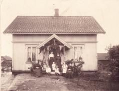 Orreveien 6. Hilma og Johan Alfredson. Her drev Hilma kafe i stua før hun reiste med barna til mannen i Minnesota i 1915.