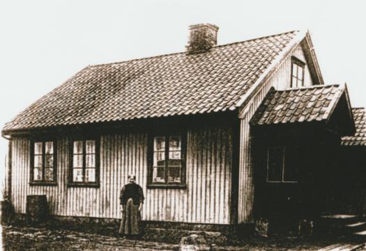 Ravneveien 31. Grethe Andersen: Den nederste del av Ravneveien synliggjør i dag hvor høyt landskapet var før de store lereuttakene ble gjort. I dag ligger veien og boligene som en forhøyning i landskapet, med bratte skråninger ned i gropa. I min barndom ble området omtalt som «Løkka». Mens disse boligene i Ravneveien ble spart, ble andre flyttet eller revet da grunnen skulle benyttes for teglproduksjon. Elise Bylund og Karl Andersen overtok huset etter moren, Grethe. Elise bakte svenskekaker som Karl gikk rundt i nabolaget og solgte. Karl var teglverksarbeider. På 1950-tallet solgte Elise huset til Oddvar Kristiansen. Neste eier var sønnen Kai, som forteller at det er et knubbehus. Som regel hadde disse husene tre rom. Stuen opptok halve grunnflaten. Resten ble fordelt på kjøkken, kammers og en liten gang. Grethes hus har fått bislag og loftsrom.