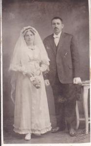 Brudeparet Antonie og Anton Saxegård. Anton satte også spor etter seg i det sosiale miljø. Han var en av pionerene i losje Hauges Fremtid og var losjefullmektig i hele 17 år. Han engasjerte seg politisk, og ble, i følge bygdeboken, valgt til formann i Høyre i 1948. Fotograf G. L. Sollem. Eier Marit Kristine Johansen de Campos