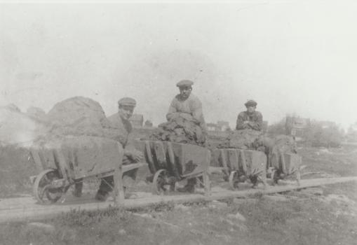 Evjegropa 1915-20. Leretrillerne trengte sterke armer og rygger. Bildet som er fra gropa mellom Svaneveien og Ravneveien taler for seg selv. Anders Gustav Johansen (1885) til venstre. SGE:213.