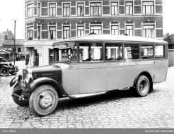 Bussen gikk i rute mellom Rolvsøysund og Fredrikstad. Eier Juel Johansen, Rolvsøy. Bildet er tatt 1930 ved Torvet i Fredrikstad, utenfor Jens Jacobsens jernvareforretning. Nille har forretning i hjørneinngangen i dag (2007). Foto: Østfold fylkes bildearkiv
