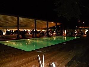 Aperitivo in piscina tra drink e musica soft  Roma