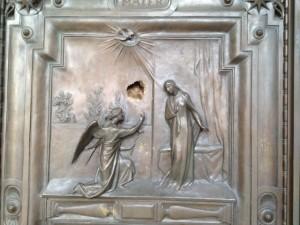 Vandalo a Santa Maria Maggiore Con una pietra danneggia il portone della chiesa