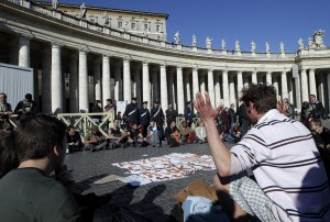 Tafferugli in piazza San Pietro tra indignati e forze dell'ordine