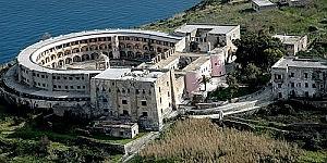 Lisola di Santo Stefano in vendita nel suo carcere