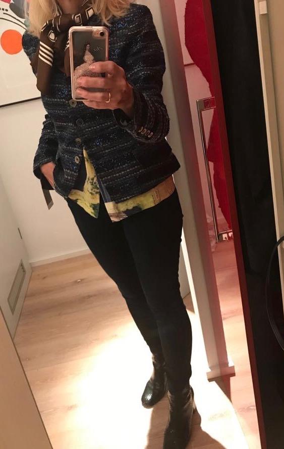 Outfit mit blauem Bouclé
