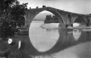 «Ολημερίς το χτίζανε, το βράδυ εγκρεμιζόταν». Πώς το γεφύρι της Άρτας έγινε συνώνυμο του ακατόρθωτου. Υπήρξε για χρόνια το φυσικό σύνορο της ελεύθερης Ελλάδας με την οθωμανική αυτοκρατορία