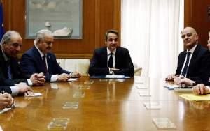 Συναντήσεις Χαφτάρ με Μητσοτάκη – Δένδια: Τι ζητά η Αθήνα από τον Λίβυο στρατάρχη και τη Γερμανία