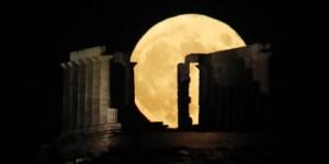 Αυγουστιάτικη πανσέληνος: Το πιο όμορφο φεγγάρι στον ουρανό – Τεράστιο και φωτεινό, σκέτο όνειρο [εικόνες]