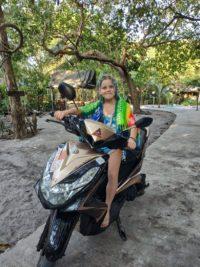 Nina en scooter à Koh Phayam, Thaïlande