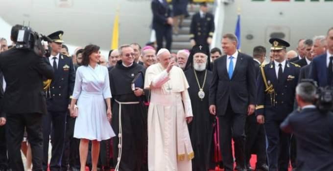"""(Foto) Creatorul rochiei lui Carmen Iohannis la întâlnirea cu Papa Francisc: """"Pentru momentul istoric al vizitei Papei Francisc, Prima Doamnă Carmen Iohannis a ales să poarte o rochie..."""" 18"""