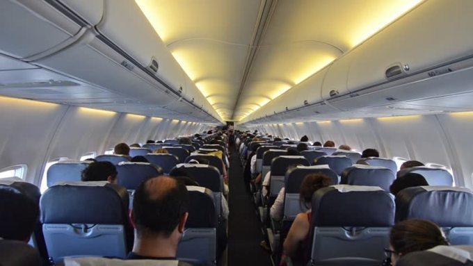 """Catalin Striblea: """"Ajung uneori să cred că o mare parte din conaționalii noștri au alergie la reguli. Plus că se cred și foarte deștepți. În seara asta, după ce-am aterizat cu avionul, am mers pe pistă binișor. La un moment dat, avionul s-a oprit și a zăbovit un pic. Era de ajuns să te ..."""" 1"""