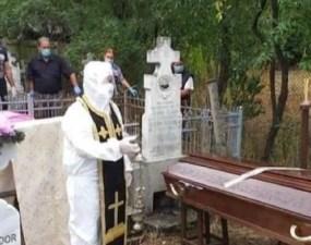 """Măsură extremă. Preot cu combinezon anti-COVID și patrafir la o înmormântare din România: """"Eu am considerat că am făcut un lucru bun"""" 9"""