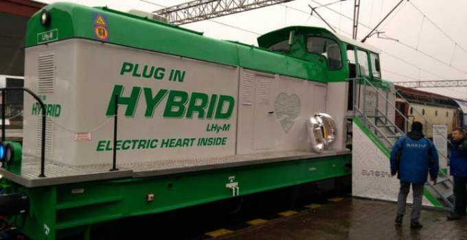 (Foto) Premieră! Prima locomotivă hibrid de manevră construită în România 1