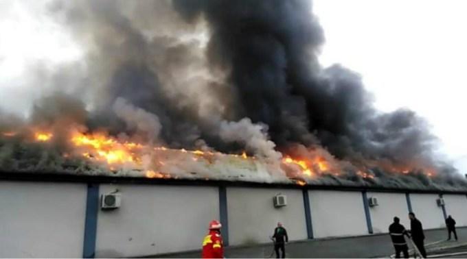 (Video) Incendiu puternic la sala de nunți a cântăreţei Angela Rusu. Flăcările uriașe au distrus sala de 650,000 de euro la care erau așteptate 500 de persoane 1