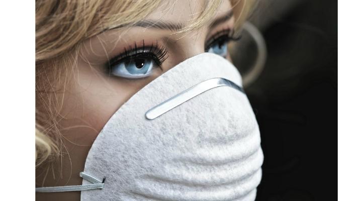 """Medicul Monica Pop: """"Când porţi masca de protecție inspiri dioxidul de carbon pe care îl expiri. rebuie pe cât se poate să faci pauză de la purtarea ei. Să o dai jos, să te duci la un  ..."""" 1"""