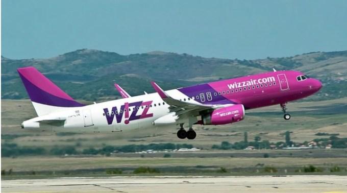 """Andrei: """"Cum să pierzi un zbor stând la coadă la îmbarcare...• Pasul 1: zbori cu Wizz Air; Pasul 2: vii la aeroport cu timp arhi-suficient înainte; Pasul 3: treci, zâmbind arogant, pe lângă marea de oameni care așteaptă la check-in/luggage drop-off; tu știi că sunt 9 plecări Wizz Air între 6 și 6.50 dimineața, și îmbulzeala animalică a 9 x 180 de pasageri la 2 ghișee nu e de tine; • Pasul 4: 1"""