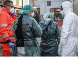 """Ce Carantină Coronavirus?! Anton: """"M-am intors din Milano (Lombardia), cu avionul. Ne așteptau, într-un hol, într-o ambuscada, zeci de polițiști si doi doctori, însoțiți de cea mai puternică arma a statului roman: FORMULARUL.  Toți coronavirusii pe care-i purtam cu noi au făcut cale întoarsă in fata acestei neașteptate amenințări. Prin întrebări meșteșugite (Ați tușit in ultimele zile? Ați stat de vorba cu cineva bolnav de coronavirus? Aveți febra?), statul roman lupta decis sa îndepărteze pericolul virusului chinezesc. Asta a fost toata carantina. Un formular de completat, la coborarea din avion. Bineinteles, fara ..."""" 11"""