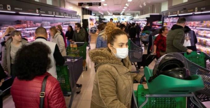 """Româncă din Spania: """"Oamenii sunt inconștienți, terasele sunt pline, magazinele la fel.  Când se umplu magazinele cu marfă, în două ore nu mai este nimic. Piețele și supermarketurile sunt deschise, toată lumea cumpără, este o isterie.  Comunitatea chineză .. 5"""