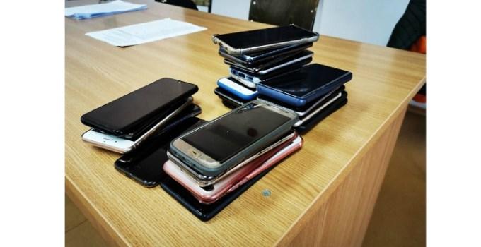 """Tudor Smirna: """"Anul întâi, prima sesiune, al 2-lea examen. Am pescuit 2 telefoane din buzunarele studentilor. Am anunțat o amnistie generala care urma sa expire in 5 minute: toate telefoanele sa vina la mine. Daca ii prind dupa, le dau dauna totala.  Voila recolta😁"""" 7"""